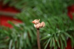 杖の先の小鳥は頭・くちばし・お腹もキレイに塗り分けられています