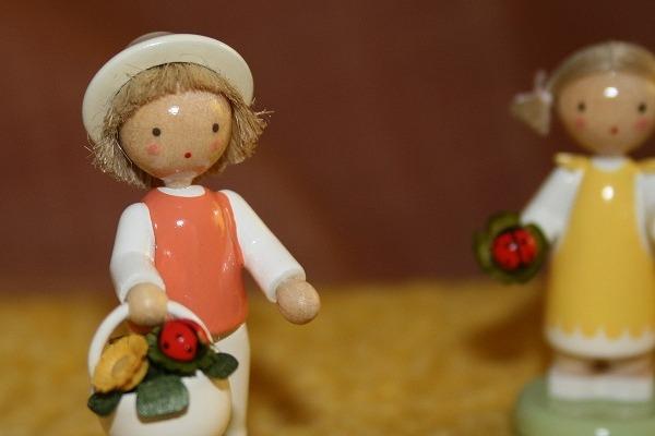 てんとう虫と花かごを持つ男の子