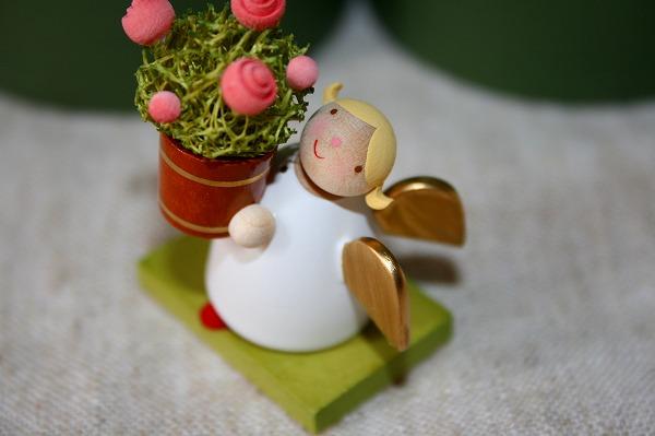 バラの植木鉢と天使