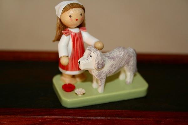 女の子と白犬