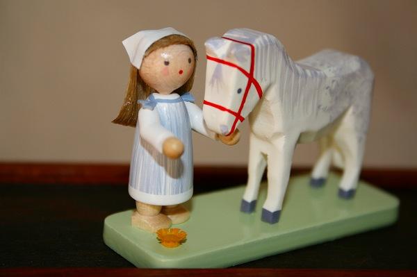 女の子と白馬