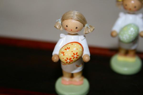 女の子と大きなタマゴ(黄)