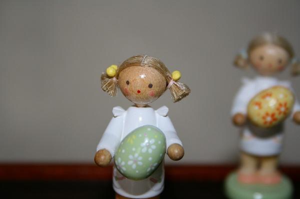 女の子と大きなタマゴ(緑)