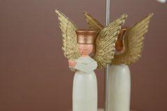 目をつむり祈る天使